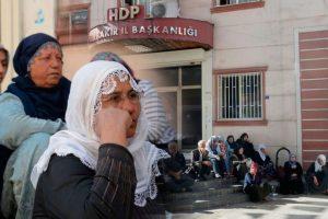 Çocuğu dağa kaçırılan anneler, HDP binası önünde eylem yapıyor